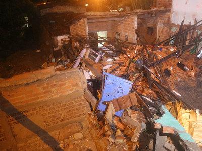 Correnteza destrói 30 casas e idosa é encontrada morta
