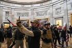 Apoiadores de Donald Trump invadem Congresso dos EUA - Imagem 11