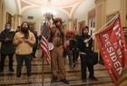 Apoiadores de Donald Trump invadem Congresso dos EUA - Imagem 10
