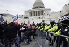 Apoiadores de Donald Trump invadem Congresso dos EUA - Imagem 14