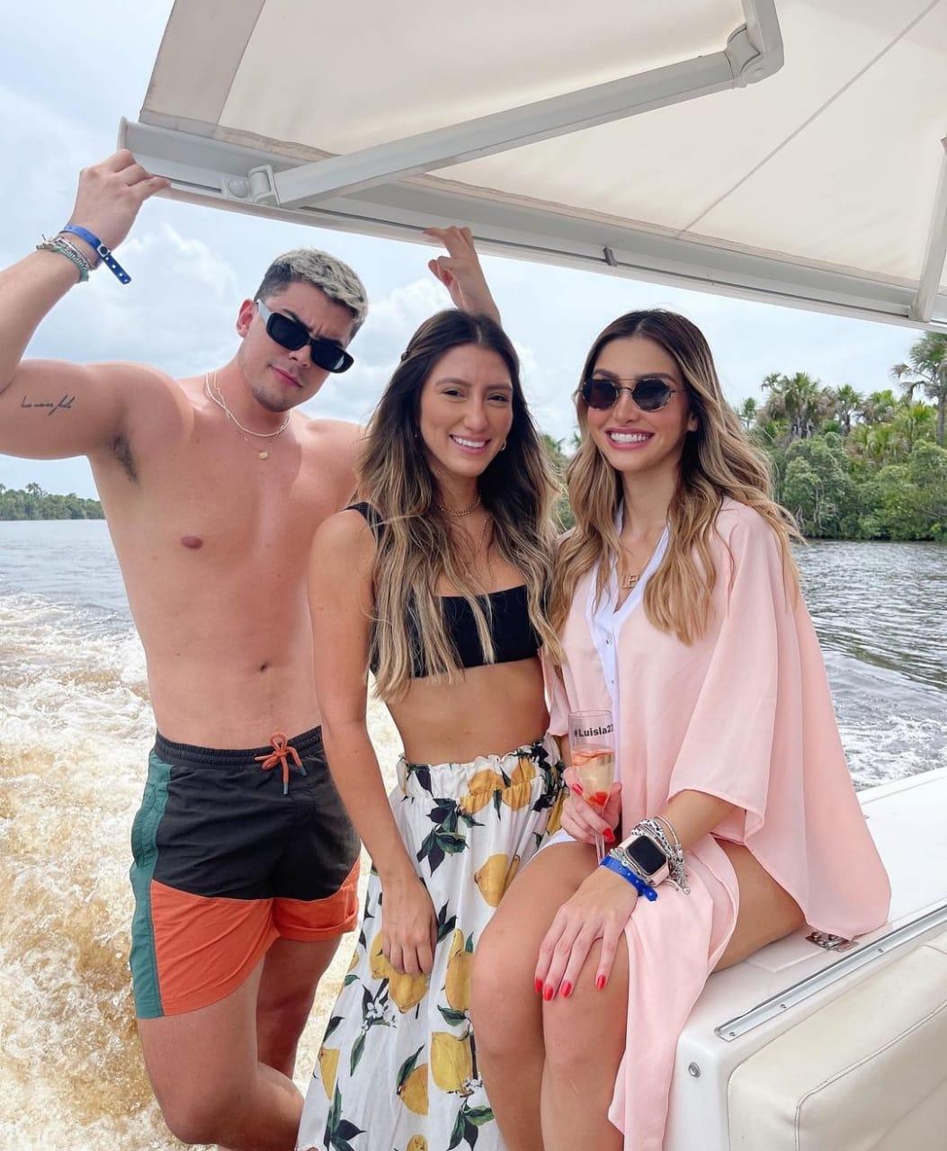 Irmãos Luisla Berger e Ryan curtem feriado em paraíso maranhense