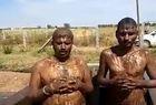 Indianos em tanque com fezes