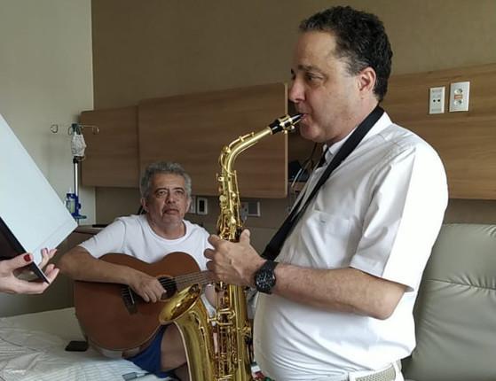 Internado com Covid-19, Álvaro Carneiro toca violão com médico