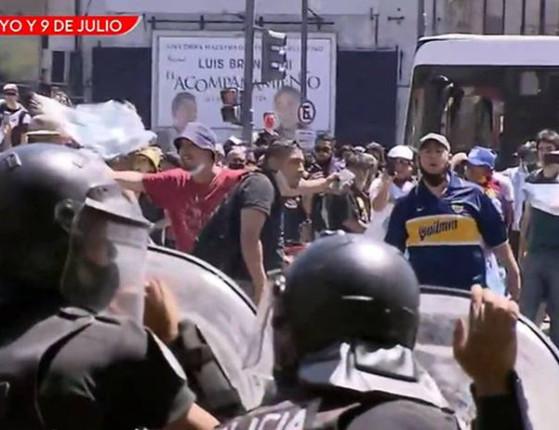 Velório de Maradona: Polícia fecha fila devido tumulto e briga entre fãs