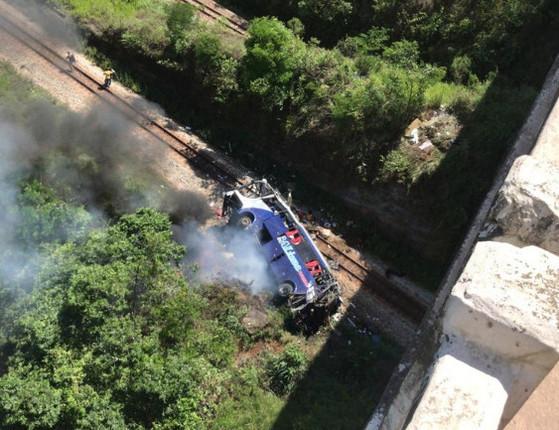Fotos: Ônibus cai de ponte em MG e 14 pessoas morrem, aponta PRF