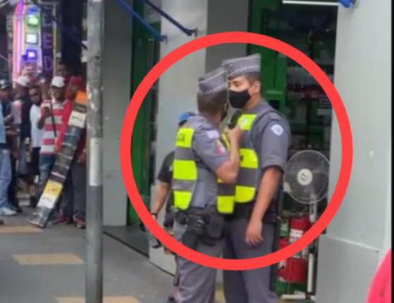 Vídeo: PM aponta arma para rosto de outro durante discussão em SP