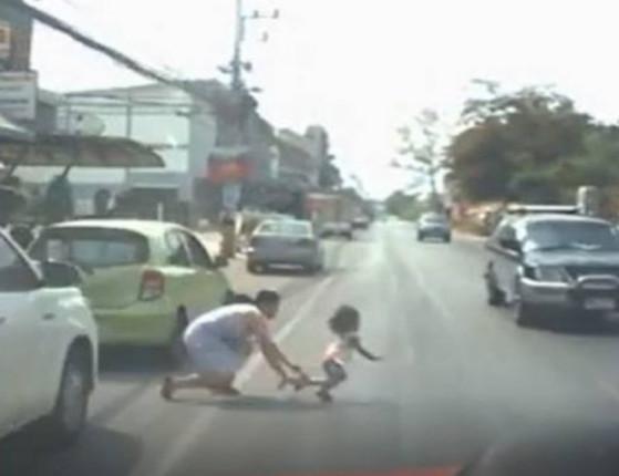 Mulher se lança na estrada para salvar filha de atropelamento;vídeo