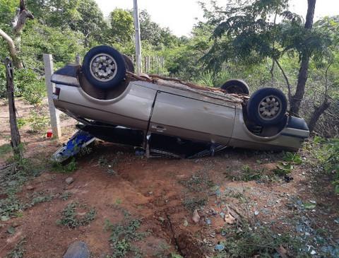 Quatro pessoas ficam feridas após veículo capotar na rodovia BR-343