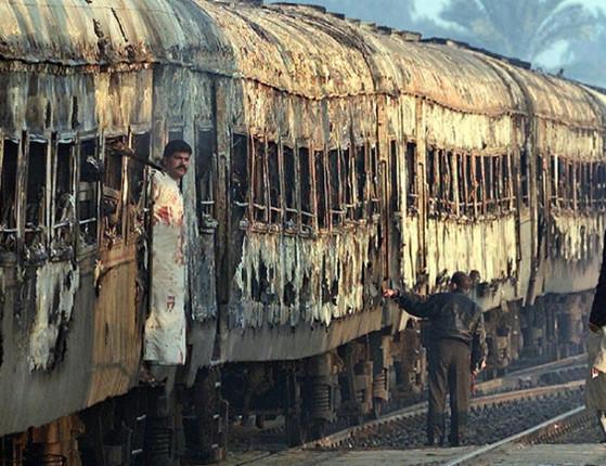 Trem pega fogo em movimento e deixa mais de 400 mortos no Egito