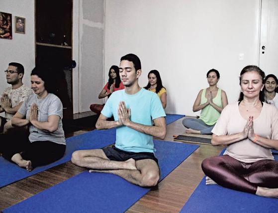 Cultivar  felicidade previne doenças físicas, afirma professora de ioga