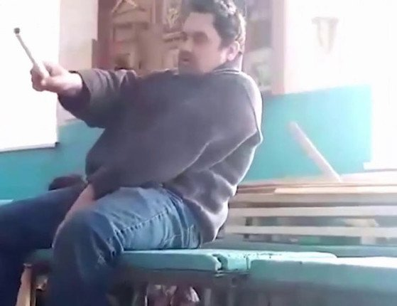 Professor tenta dar aula bêbado, leva tombo e é demitido; veja vídeo