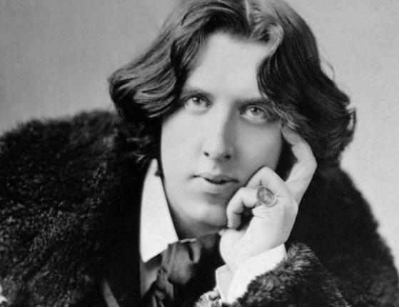 Por ser gay,  Wilde pega dois anos de prisão e morre pobre em Paris