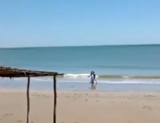 Mão Santa e esposa são flagrados descumprindo decreto em praia
