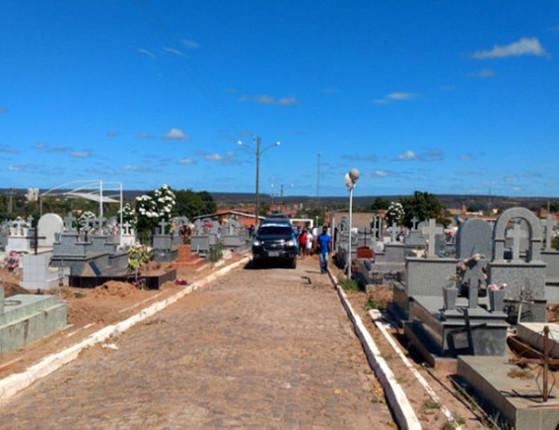 Luto: Corpo de Assis Carvalho é enterrado sob comoção em Oeiras