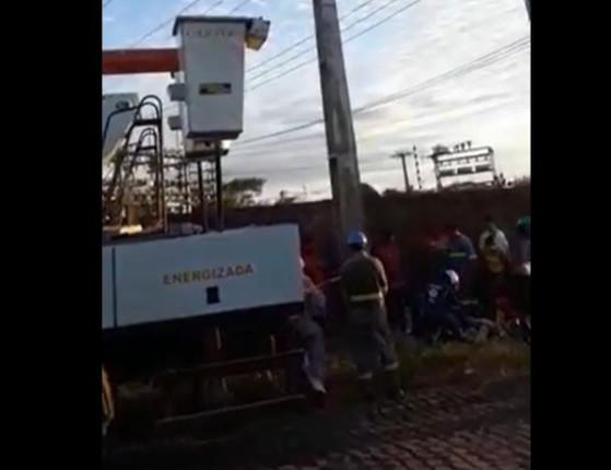 THE: Eletricista morre após sofrer descarga elétrica em poste; vídeo