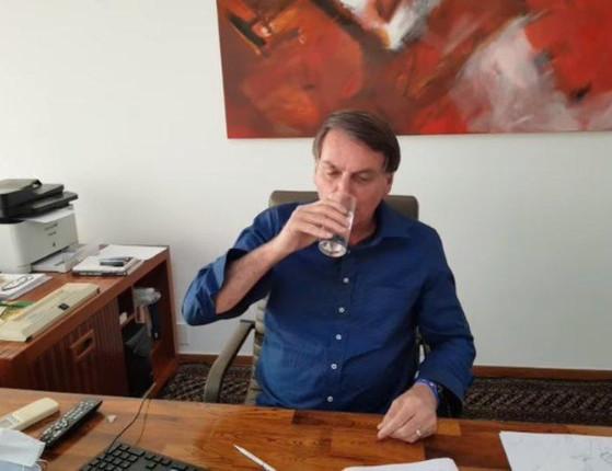 Com covid, Bolsonaro posta vídeo tomando hidroxicloroquina;assista
