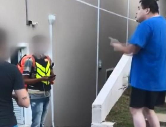 Entregador sofre ofensas racistas em condomínio em SP; assista!