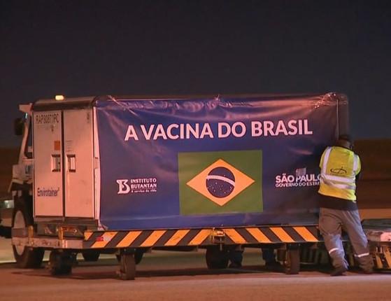 Avião com insumos para produção da  CoronaVac  chega ao Brasil
