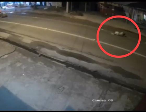 THE: Homem morre ao dormir em avenida e ser atropelado; assista!