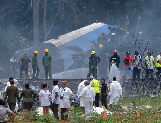 Boeing 737 cai  e mata mais de 100 ocupantes após decolar em Cuba