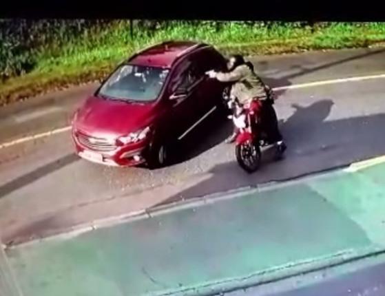 Vídeo: mulher é morta com  10 tiros no momento que chegava em casa