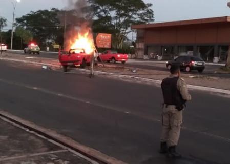 Carro pega fogo e fica destruído após colidir em poste em Teresina