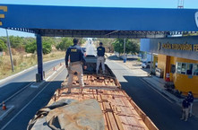 PRF apreende carga de madeira ilegal na BR-230 em Floriano