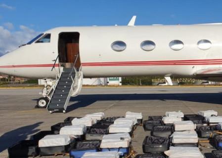 Polícia apreende 1,3 tonelada de cocaína em jato executivo; vídeo