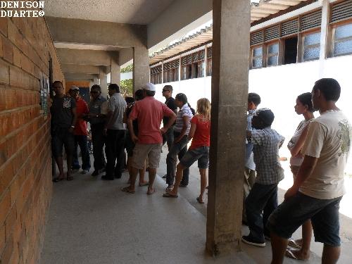 Votação calma, mas eleitores levam muito tempo na fila de espera.