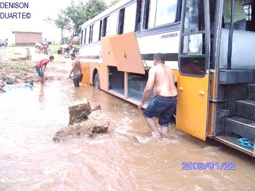 Riacho das Pedrinhas impede passagem de ônibus da empresa Soares