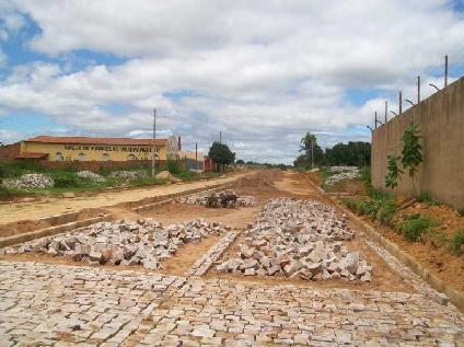 Prefeitura realiza calçamento nas ruas de Oeiras