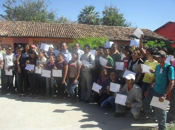 Diretores da Suzano entregam certificados aos jovens de Monsenhor Gil que concluíram o curso de viveristas