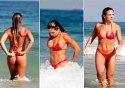 Ex de Adriano vai à praia com biquini minúsculo