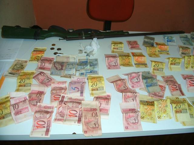 Polícia prende traficante com drogas, armas e dinheiro