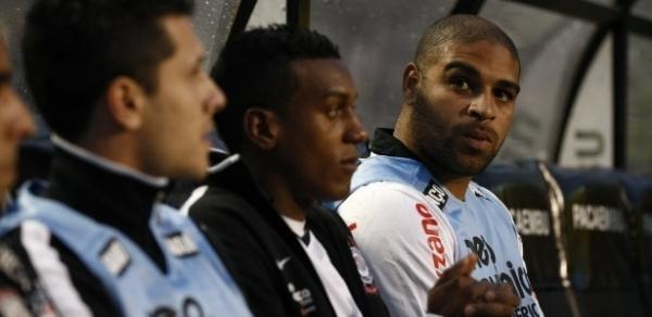 Sheik volta de suspensão, acirra briga no ataque e pode dar tempo para Adriano treinar