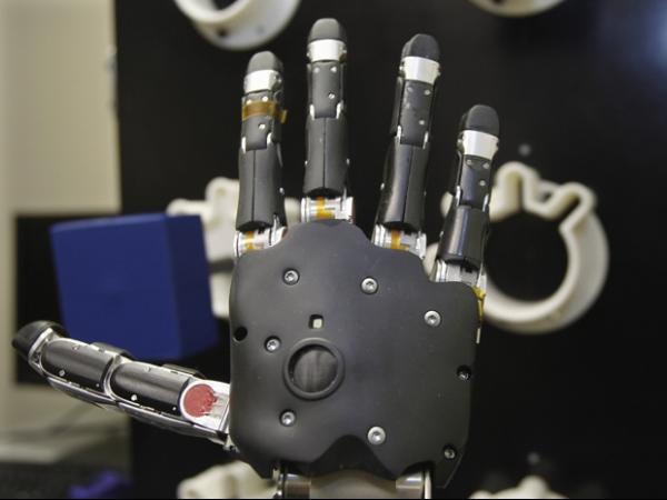 Tetraplégico comanda braço artificial com o pensamento nos EUA