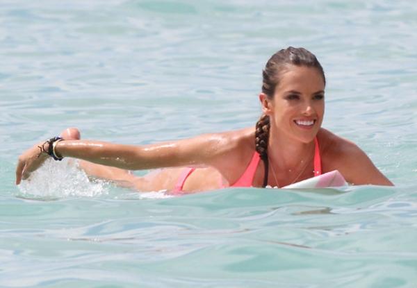 Alessandra Ambrosio exibe boa forma em ensaio fotográfico na praia