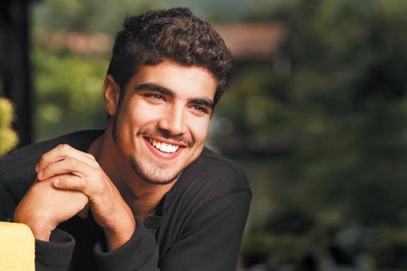 Caio Castro estaria namorando Monique Alfradique; ator despista