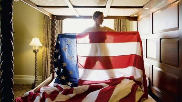 Giulia Gam posa nua com bandeira dos Estados Unidos