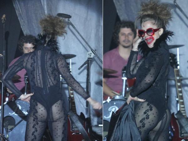 Letícia Spiller  usa look ousado e mostra bumbum em Festival de Internacional Teatro