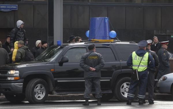 Russos colocam baldes azuis em cima dos carros para protesto