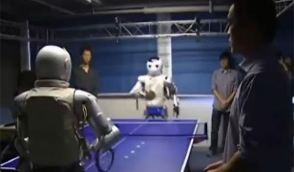 Robôs chineses jogam tênis de mesa um contra o outro e contra humanos