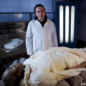 Britânico se torna a primeira pessoa a ser mumificada em 3 mil anos