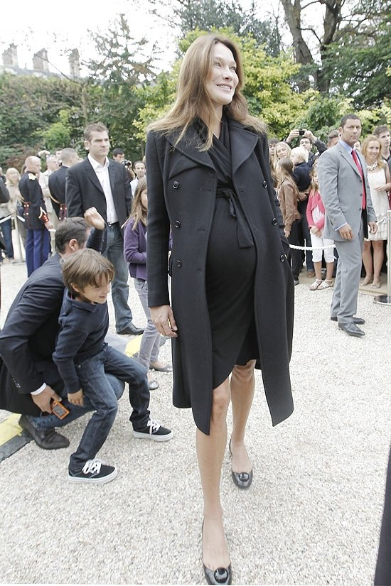 Carla Bruni se interna para dar à luz