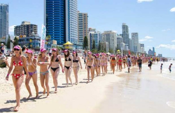 Austrália faz marcha com 357 mulheres de biquíni na praia