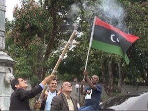 Líbios festejam morte de Kadhafi na embaixada em Brasília