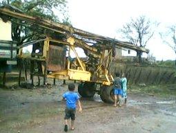 Equipamento de escavação de poço chega à comunidade Barra da Muquila