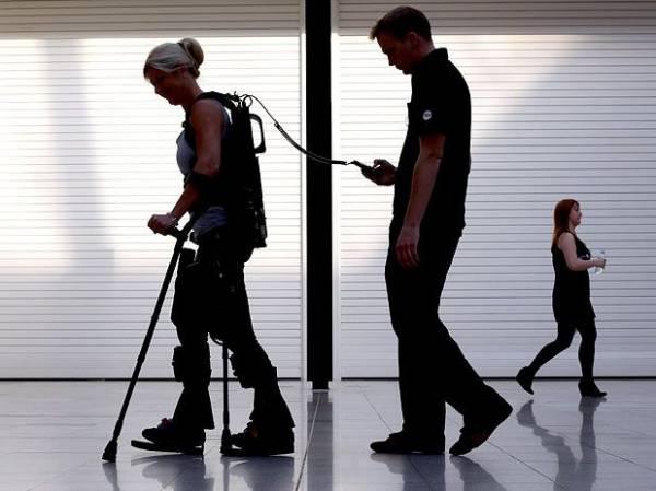 Esqueleto externo permite que paraplégicos voltem a caminhar