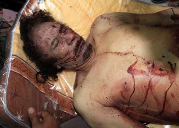 Jovem mostra aliança e diz que matou Kadhafi com dois tiros