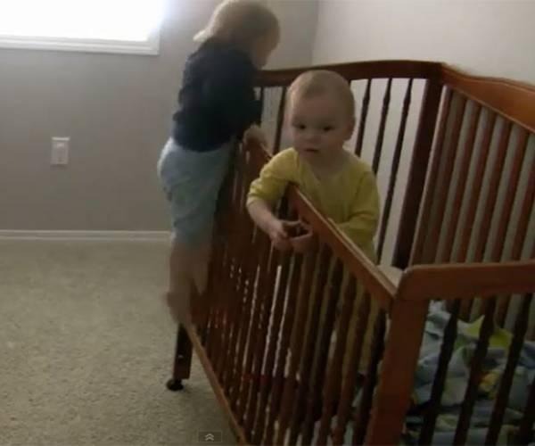 Mãe põe câmera no quarto e flagra bebê gêmeo fugindo do berço